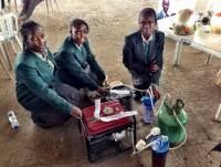 非洲女孩發明以尿液作燃料供電