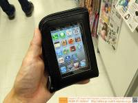 可以同時操作手機的隨身小物收納包