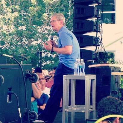 Tim Cook 突然現身 Apple 新基地: 預告「令人興奮」的新產品