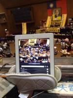 用一雙拖鞋和一台iPad直播的反動:網路與科技創新如何幫助台灣青年抗爭者將更快將訊息傳播到全世界