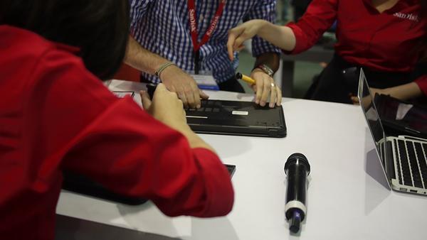 Computex 2014:Sandisk 攤位在尬換SSD速度競賽 連女生都拼了