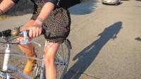 小配件防走光 女生穿短裙照樣踩單車