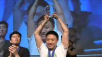甚麼格鬥遊戲專用大搖都遜了, EVO 2014 大會快打旋風 4 冠軍用的是 PS1 的搖桿...