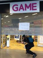 電動玩具販售店門半掩時,最有梗的交易對話