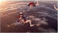 超高空跳傘時,他們是這樣換鏡頭的!?