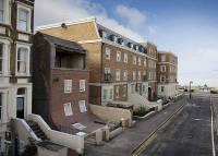 太誇張!英國一棟牆面滑落的公寓