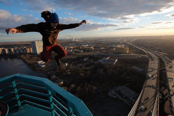 俄羅斯人玩命新作品,繼續懸掛半空!