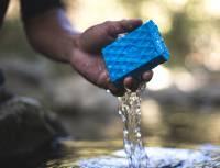 若使用防水的智慧型手機,是不是也來考慮一下搭配防水的行動電源
