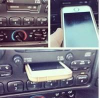 這就是世代差異...,把手機插進錄音帶插槽的少年