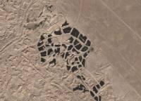 科威特的沙漠鳥瞰圖,那些一塊塊的黑色區塊到底是什麼呢?